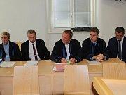 Jan Míka (druhý zleva) a Libor Joukl (první zprava) se svými obhájci před Okresním soudem v Jihlavě.