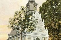 Tak to bylo. Kostel sv. Ducha krátce po zrušení hřbitova.