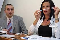 Vedoucí pracovníci Nemocnice Třebíč  ukazovali, jak jsou označováni novorozenci na porodním oddělení, aby nedošlo k další nepříjemné záměně.