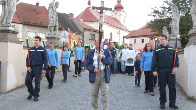Ještě za světla vyšel v sobotu od farního kostelaprůvod s křížem a pochodněmi jako připomínka morové rány v roce 1715,  kdy choroba ničila tehdy bohatou Brtnici.