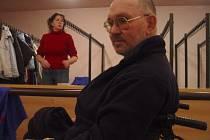 Jihlavský vozíčkář se dostal přes nástrahy bariérového Dělnického domu na koncert kapely Peha. Pomohl schodolez, zapůjčený z muzea.