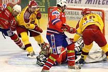 Jihlavští hokejisté (ve žlutých dresech Jaroslav Mareš a David Dolníček) vtrhli do souboje s Třebíčí jako uragán. Gólmana Jakuba Lva vyhnali na střídačku už po necelých čtyřech minutách.