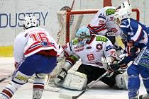 Třebíčští hokejisté (zleva v bílém Vladimír Stejskal, Pavel Míča a Jan Koktan) letos na domácím ledě tříbodové vítězství ještě nevybojovali. Tentokrát podlehli krkonošskému Vrchlabí.
