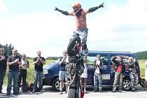 Kaskadérské kousky si diváci Motowoodstocku užijí v areálu Hanesova mlýna ve Štokách i letos. Třetí ročník setkání motorkářů se koná v prvním červencovém víkendu.