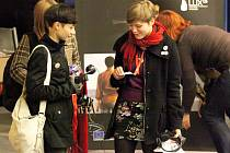 Na včerejší první promítání festivalu dokumentů zamířilo mnoho mladých. Díky sluchátkům mohli návštěvníci rozumět i snímkům ze zahraniční produkce.