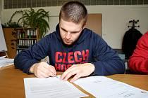 Dvacetiletý Petr Šidlík se po tříleté zkušené v Kanadě vrací na rodnou hroudu. Včera se upsal mateřské Dukle Jihlava pro příští ročník první ligy.