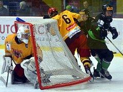 V sobotním extraligovém mači hokejisté Dukly (ve žlutém) dvakrát s Mladou Boleslaví prohrávali, dvakrát také vedli. Nakonec rozhodlo až prodloužení a gól domácího Valy.