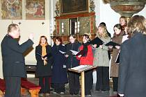 Komorní smíšený pěvecký sbor Ateneo Univerzity Palackého v Olomouci zazpíval obyvatelům Brtnice a okolí.