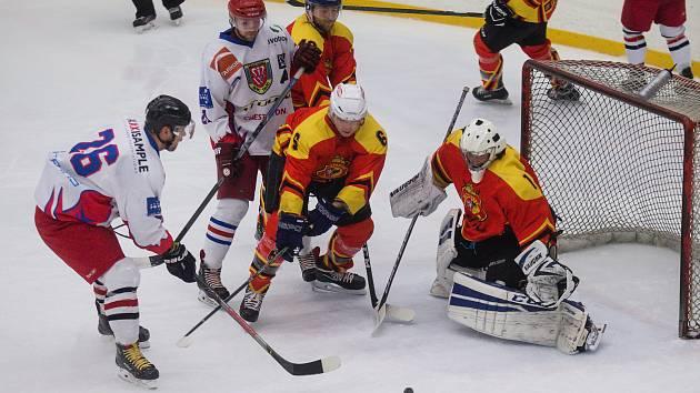 Hokejisté Telče (v bílém) po domácí porážces Poličkou prohráli i na ledě Zastávky u Brna.