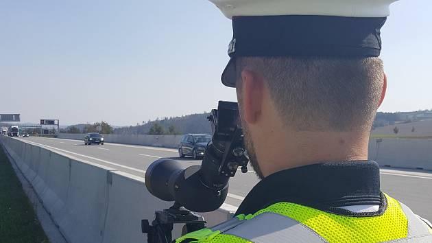 Lepší vybavení. Policisté v rámci akce poprvé použili nové speciální výkonné dalekohledy.