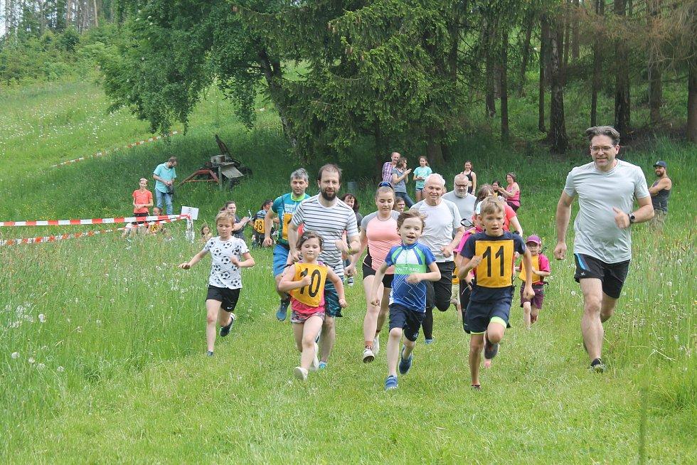 Čtvrtý ročník louckého běhu na sjezdovce provázelo letní počasí.