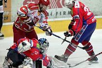 Třebíčští hokejisté (v červeném Pavel Francouz a Radim Ostrčil) se pokusí odvrátit konec sezony.