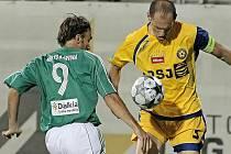 Jihlavský kapitán Michal Kadlec (ve žlutém) šťastnou penaltou zažehnal drama. Gólem na 5:3 rozhodl zápas s Karvinou.