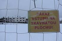 Fotbalové trávníky nejen na Vysočině se ocitly v neděli pod sněhem. Počasí zhatilo několik zápasů divize i MSFL.