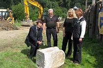 """Jihlavský umělecký kovář Leopold Habermann vytvořil pro poklepání základního kamene takzvané """"Thórovo kladivo"""", které má stavbu ochránit."""