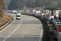 Takhle vypadala dálnice D1 ve směru na Brno na 129. kilometru po nehodě osobního automobilu a kamionu. V autě značky Škoda Fabia bylo tehdy těžce zraněno asi tříměsíční dítě. Na dálnici se vytvořila několikakilometrová kolona aut.