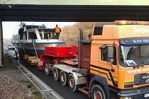Most na obchvatu Čáslavi byl na cestě po souši první překážkou. Náklad se pod něj nevešel o pár centimetrů. Mechanici museli řezat zábradlí lodi.