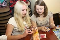 Na předvánoční akci v Třešti byly k vidění i novinky. Z českých voskovek vytvářeli návštěvníci barevná přáníčka a kartičky na vánoční dárky.