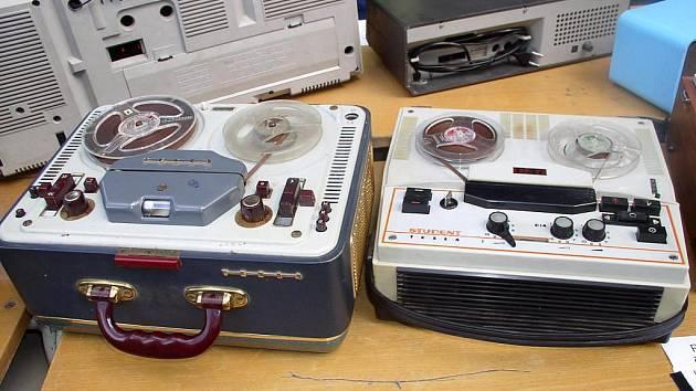 Sbírku radioklubu zdobí  mimo jiné legendární Sonet Duo (vlevo), výrobek pardubické Tesly z roku 1959.