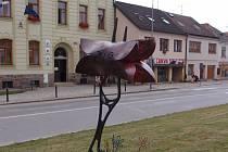 """Velký buřt. Poutač v centru Třeště zval na dvě velké akce vě městě. Před několika dny """"záhadně"""" zmizel."""