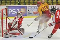 Jihlavští hokejisté (ve žlutém Radek Hubáček) překonali olomouckého brankáře Tomáše Vošvrdu ve dvou domácích zápasech pětkrát. Stačilo to však pouze na jedno vítězství.