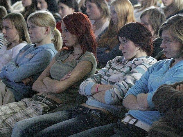 Studenti v klubu Čechovka si mysleli, že je čeká běžná přednáška o bezpečnosti na silnicích.