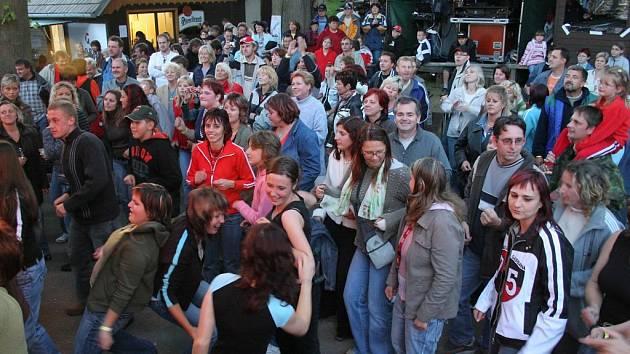 Vesnička Jiřín na Jihlavsku ožila v pátek večer tradiční hudební slavností. Na místě se sešlo přes 1200 příznivců dobré hudby a nálada pod širým nebem vyzařovala pohodu.