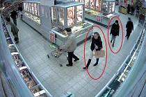 Zákazníkovi Kauflandu vzala tašku s cennostmi štíhlá žena v čepici. Kolem muže se však pohybovala také další žena v bílých kalhotách.