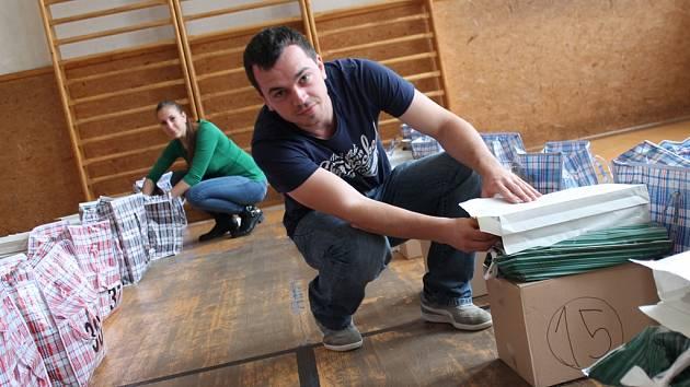 Jihlavský magistrát má nachystáno všechno potřebné do všech 58 okrsků, kde se volby ve městě budou konat. Kromě volebních lístků jsou nachystané i hygienické potřeby.