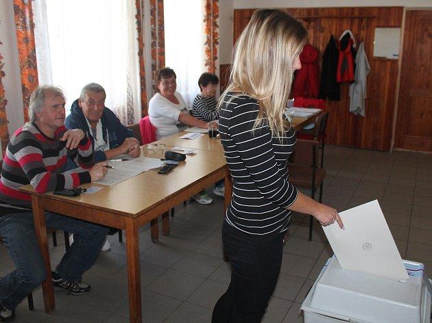 V Jihlavě-Kosově za první půlhodinu přišli jen tři voliči.
