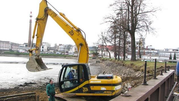 Oprava hráze je důvodem vypuštěného rybníka v Kostelci u Jihlavy