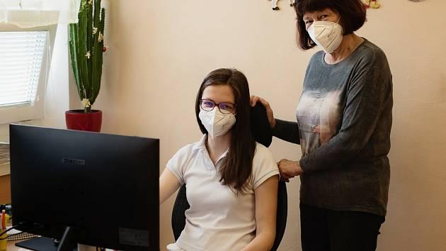 Lékařka Libuše Nováková a její mladá nástupkyně Mirka Kozáková.