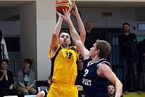 Basketbalisté BC Vysočina (s míčem Ondřej Maňák) podlehli Litoměřicím, kterým přenechali  1. místo.