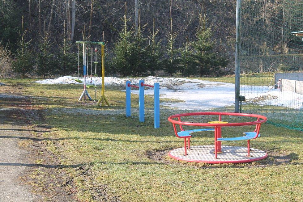 Dětské hřiště vedle tajícího kluziště, kterým je Malý Beranov každou zimu celkem unikátní - stačí na trávu napustit vodu z blízké řeky.