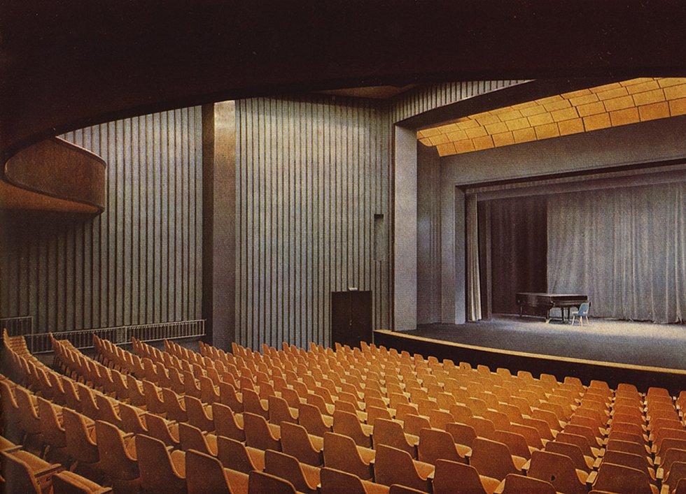 Takto původně vypadalo hlediště s jevištěm v divadelním sále.
