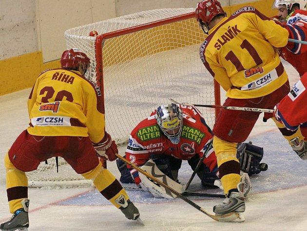 Tentokrát se ještě jihlavský útočník Josef Slavík před brankou Michala Nedvídka neprosadil, ale ve 25. minutě otevřel skóre, a nasměroval tak Duklu k výhře.