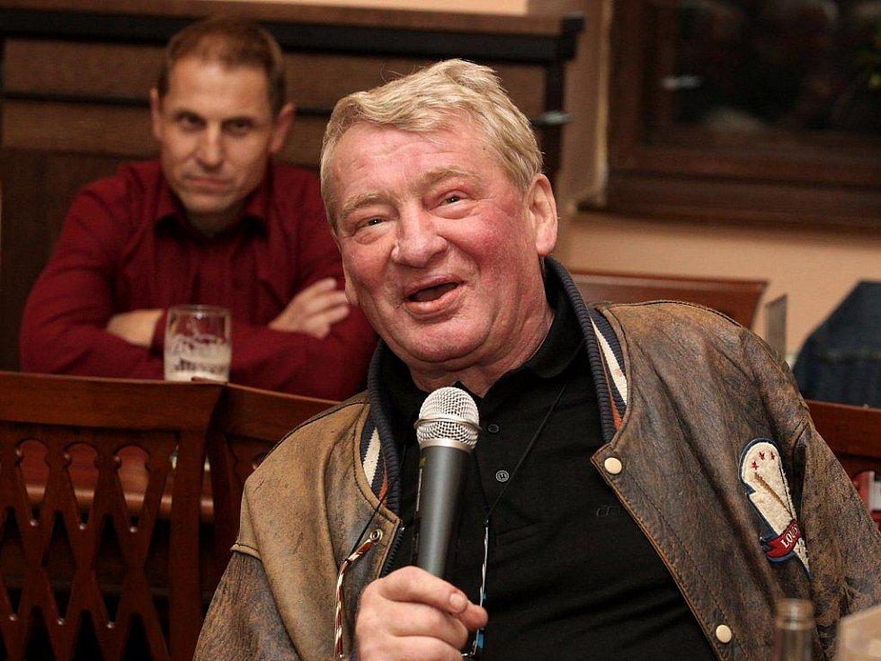 Bývalý jihlavský hokejista a kouč Jaroslav Holík je známý svými ostrými názory. Teď se znovu pustil do jednatele Dukly Bedřicha Ščerbana (v pozadí) i hlavního trenéra prvoligového A–týmu Josefa Augusty.