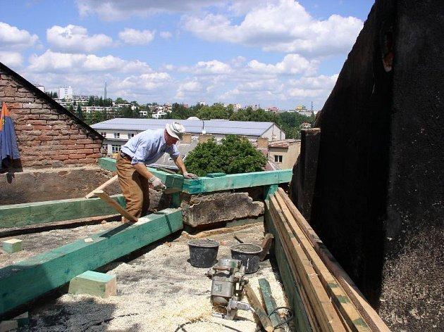 Dům v Třebízského ulici: stav po více než týdnu po požáru