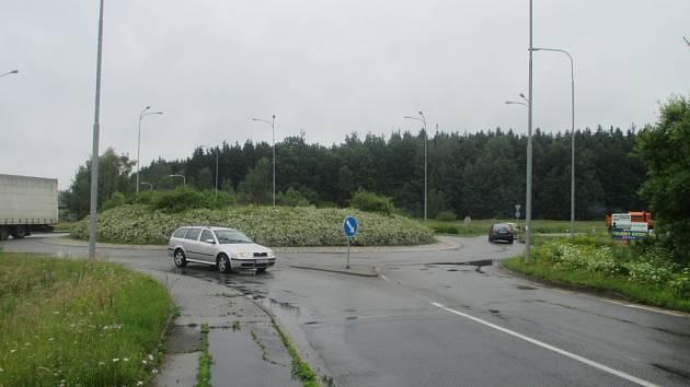 Bez světel. V pondělí odpoledne byl kruhový objezd v Pávovské ulici opět bez semaforů. První návrh nevyšel.