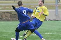 Karol Marko se rozhodl z kádru vyřadit záložníka Michala Pacholíka (ve žlutém).