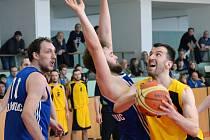 Jihlavští basketbalisté (ve žlutém Pavel Číha) se pokusí v pátek v Olomouci šokovat a domů si odvézt čtvrtfinálový mečbol.