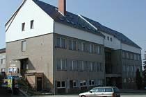 Pod novou sedlovou střechou dobronínského kulturního domu vzniklo pět nadstandardních bytů.
