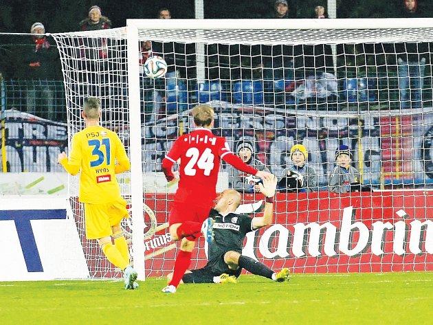 Pět posledních vzájemných zápasů Jihlavy a Brna vyhrál vždy domácí tým. Zbrojovka navíc ve čtyřech zápasech v Jihlavě ani jednou nezvítězila, naposledy vloni na podzim prohrála 0:2 brankami Murise Mešanoviče a Matěje Hybše (na snímku).