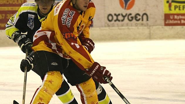 Sedmadvacetiletý hokejový útočník Vladimír Říha (ve žlutém) bude v příštím ročníku znovu oblékat dres mateřské Dukly Jihlava.