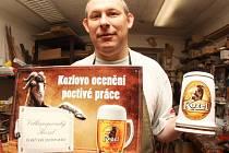 Šikovný stavitel kytar a opravář hudebních nástrojů Jan Michálek vyhrál pivo na rok zdarma.
