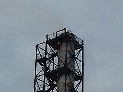 Aktuální foto komínu jihlavského Kronospanu.