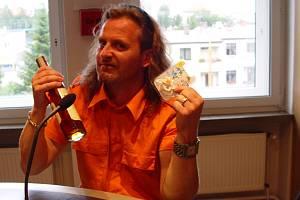 Zpěvák skupiny Kabát Josef Vojtek dostal v Hitrádiu Vysočina dva dárky. Ke čtvrtečním 42. narozeninám to byla láhev alkoholu, druhým dárkem byl dudlík pro potomka, kterého s manželkou Libuškou očekávají v polovině září.