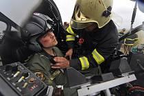 Taktický nácvik zásahu složek integrovaného záchranného systému a armády při mimořádné události v úterý začal simulovanou havárií letounu L-39 Albatros západně od vojenské letecké základny v Náměšti nad Oslavou. O pilota ve vraku bylo okamžitě postaráno.