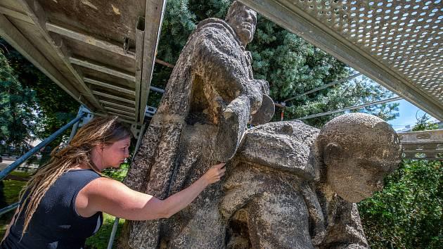 Resturátoři opravují sochu poprvé od jejího odhalení v roce 1951.