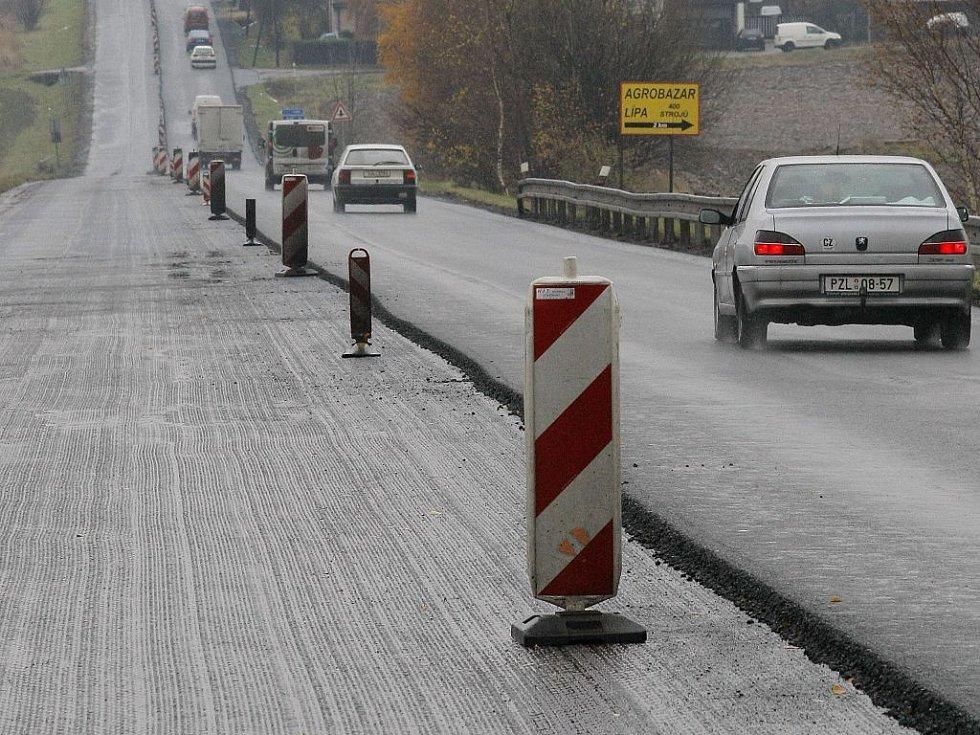 Na silnici I/38 z Jihlavy na Havlíčkův Brod je pravý jízdní pruh vyfrézovaný (snímek je zabrán od Havl.Brodu ve směru na Jihlavu - z tohoto pohledu jde tedy o levý pruh).